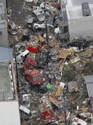 充满被毁汽车的商业街