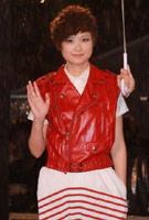 李宇春红装活泼