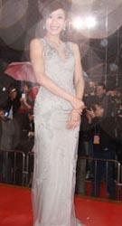 杨怡着银色长裙