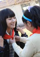 王珞丹戴上红领巾