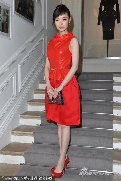 组图:倪妮红裙亮相时装秀淡然甜笑气质胜超模
