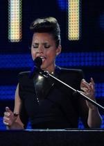 艾丽西亚-凯斯卖力演唱