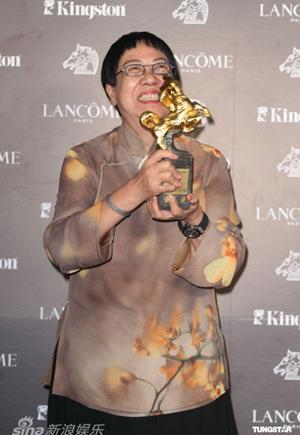 许鞍华获选最佳导演 颁奖后台笑捧奖杯