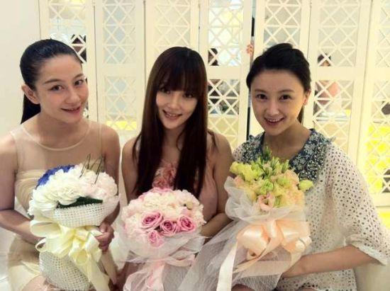 李小璐試穿婚紗當天與甘薇、設計師蘭玉合影