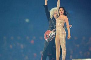皇后乐队吉他手与Jessie J再现经典