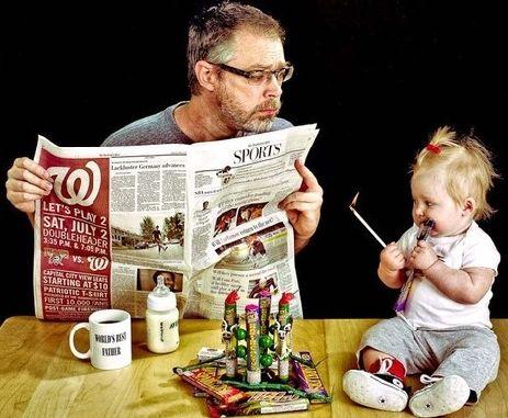"""""""在他看报纸的时候.....点火!"""""""