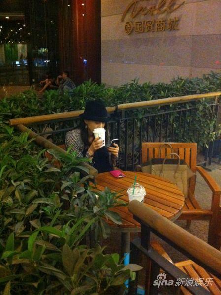 王冰洋玩手机
