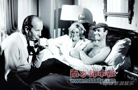 床戏,放轻松 肖恩・康纳利和皮尔斯・布鲁斯南与女伴拍摄亲热戏,在众目睽睽之下,还是有点尴尬,这个时候,还是笑一个来让女伴放松吧。