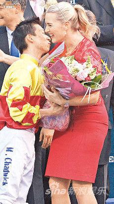 凯特・温斯莱特吻贺得胜的骑师。