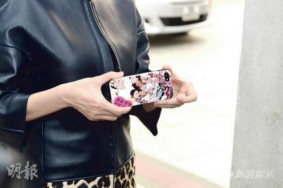 子女用家庭照片做的手機套。