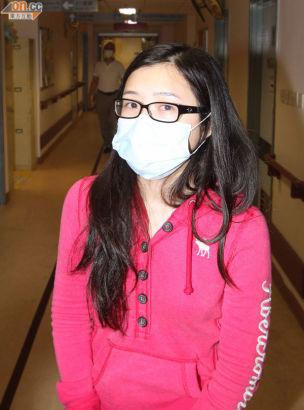 妹妹在醫院眼泛淚光