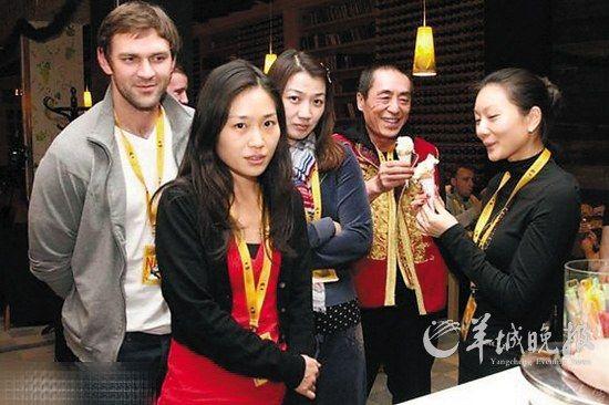 张艺谋与疑似陈婷的女子吃雪糕,左二女孩似张艺谋与前妻肖华的女儿张末