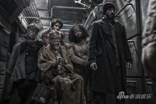 《雪國列車》劇照 尾車廂反抗者首領CURTIS與同伴凝望等待