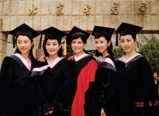 左二趙薇,中間為其班主任崔新琴,右一為顔丹晨
