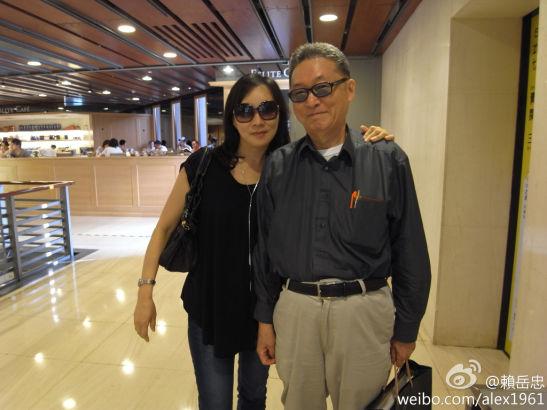 李敖與妻子王小屯逛街合影