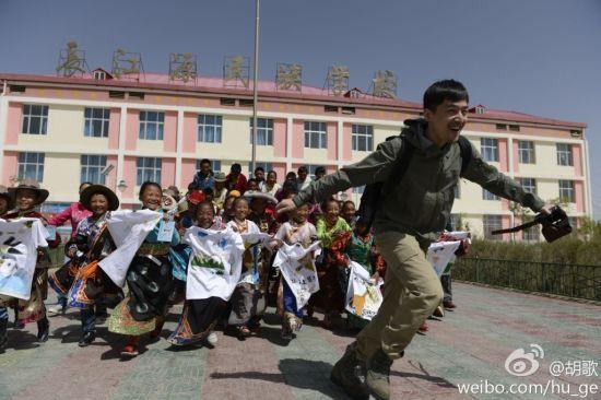 胡歌加盟行走的力量 探访青海小学