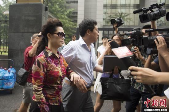 8月28日上午,李某某等五人涉嫌轮奸案在北京市海淀区人民法院一审开庭,李某某母亲梦鸽步入法院时被大批记者追访。中新社发 刘文华 摄