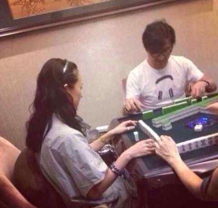 汪峰与好友打麻将,左边女子被指是章子怡