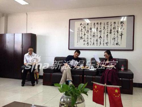 最早曝光王菲李亚鹏看离婚协议的照片