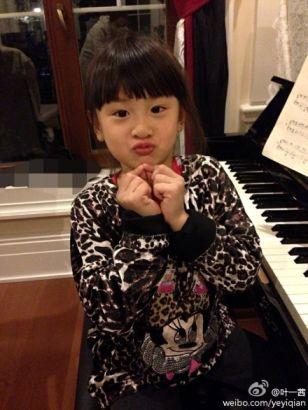 叶一茜[微博]晒女儿弹钢琴照