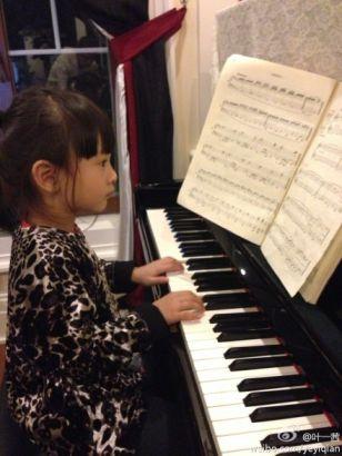叶一茜晒女儿弹钢琴照