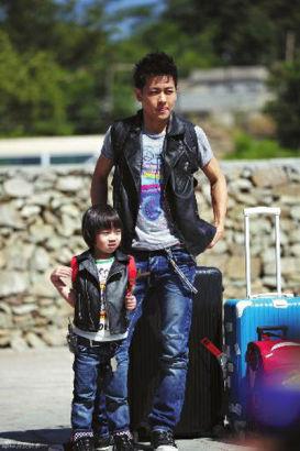 林志颖和Kimi在第一次节目中就以帅气亲子装亮相,身着相同的黑色皮马甲、牛仔裤和黑色皮质运动鞋
