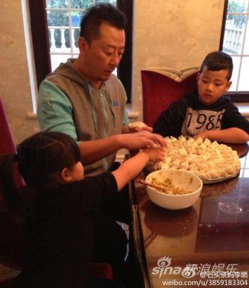 郭涛父子和王诗龄一起包饺子