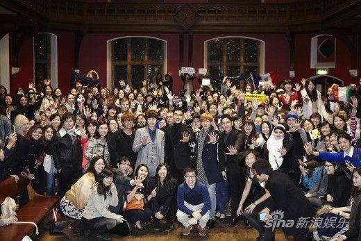 Super Junior四成员与众学子合影
