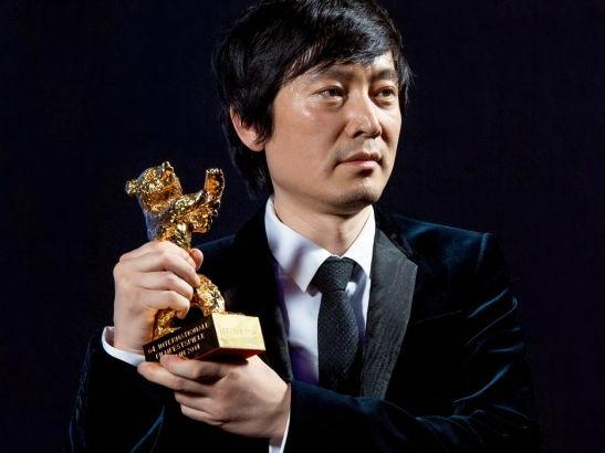 刁亦男凭借新片《白日焰火》获得今年柏林电影节的最大奖项金熊奖。这是继张艺谋在 1988 年凭《红高粱》、谢飞在 1993 年凭《香魂女》、王全安在 2007 年凭《图雅的婚事》之后,中国导演第 4 次获得金熊奖。