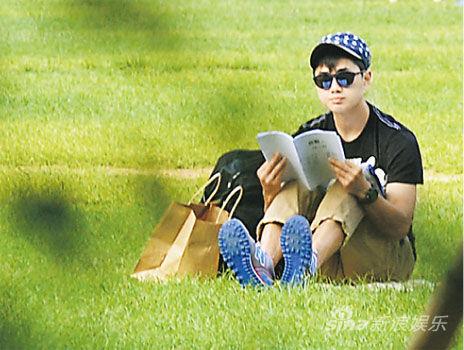 鄭俊弘坐在草地看《商戰》劇本,做好准備開工。