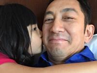 吴启华获女儿香吻父爱浓 不受离婚影响
