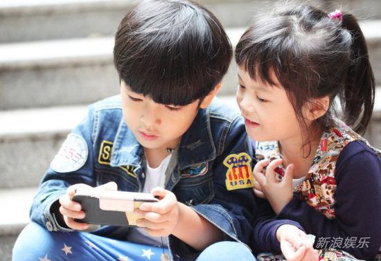 陈思成在玩游戏吸引女同学