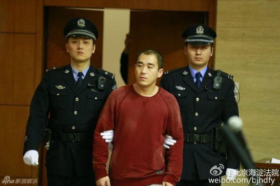 张默被带上法庭