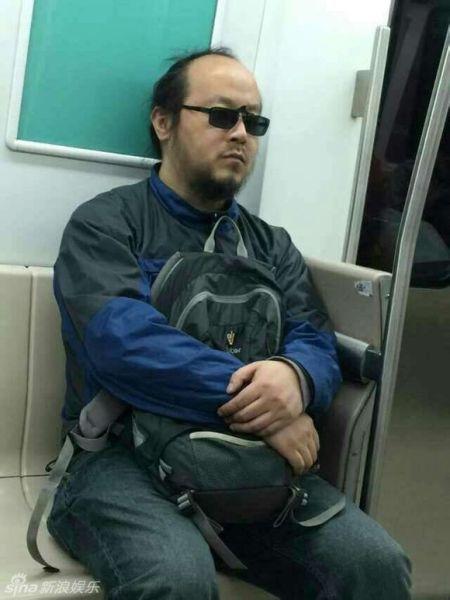 窦唯坐地铁