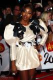 组图:黑人歌手Estelle穿白裙与美女激情对唱