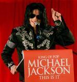 组图:迈克尔杰克逊宣布伦敦复出比出胜利手势