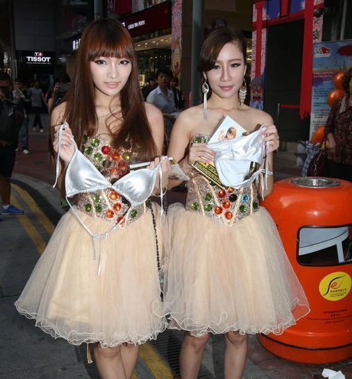 香港嫩模当街拆胸罩脱内裤 供路人闻(组图)