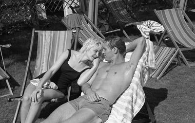 资料图片:1962年保罗-纽曼与爱妻晒日光浴