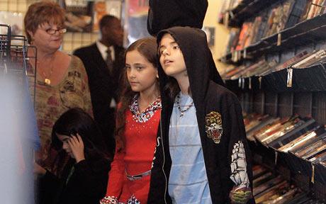 资料图片:迈克尔-杰克逊三子女逛商店
