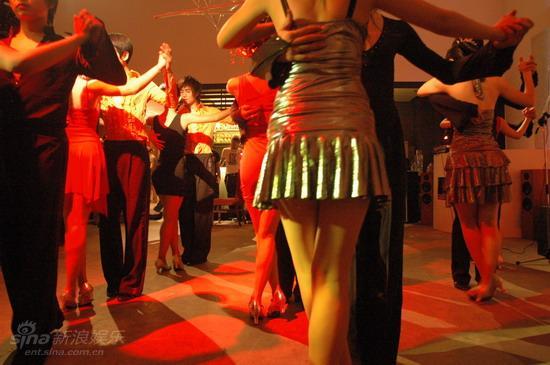 资料图片:电影《爱我就给我跳支舞》剧照(7)