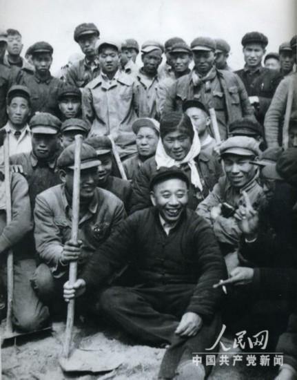 资料图片:王震和新疆农垦战士一起