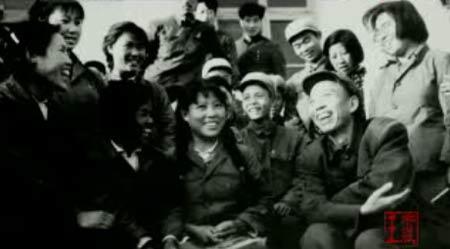 资料图片:湘女们与首长在一起