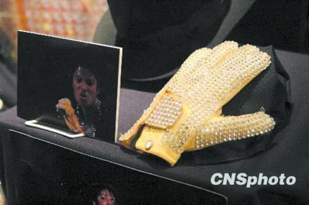 一华人35万美元拍下杰克逊的白手套
