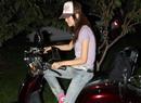魏佳庆骑摩托秀美腿