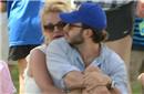 布兰妮甜腻环抱男友