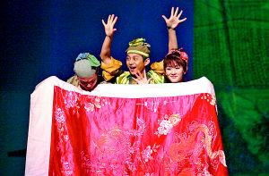 昨日,由谢娜、何炅等主演的《暗恋桃花源》在人民大礼堂演出。