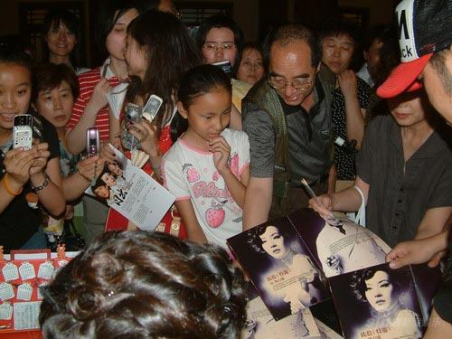 《日出》京二轮首演爆满陈数义卖签纪念卡(图)