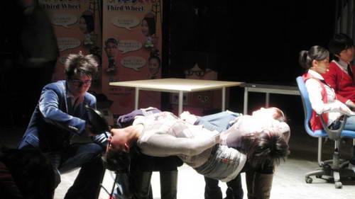 《办公室有鬼》首演与观众互动人体悬浮术(图)