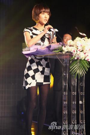 王珞丹获首个戏剧奖项哽咽领奖感动全场(图)