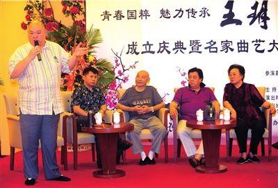 左起王玥波、何云伟、王文林、李金斗、连丽如。本报记者王俭摄